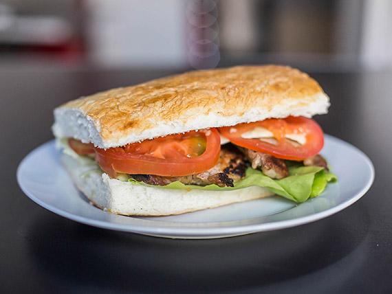 Sándwich de bondiola con acompañamiento