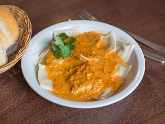 Ravioles de pollo y verdura con salsa