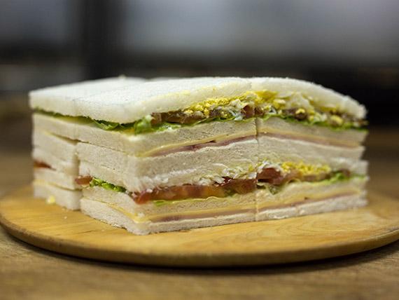 Sándwiches triples de jamón cocido, queso, lechuga, tomate, huevo y mayonesa (8 unidades)
