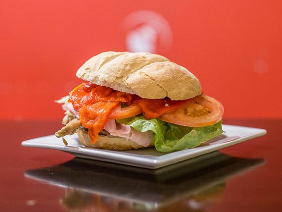 Sándwich de bondiola braseada con jamón