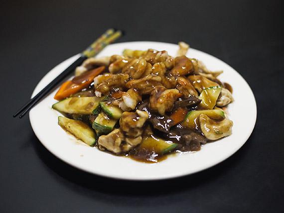 106 - Carne, pollo y camarones saltados a la pimienta negra