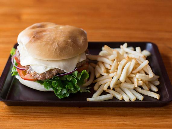 Sándwich de hamburguesa El Peruanito con papas fritas