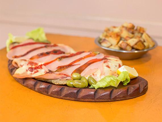 Milanesa con jamón y morrones (para compartir)