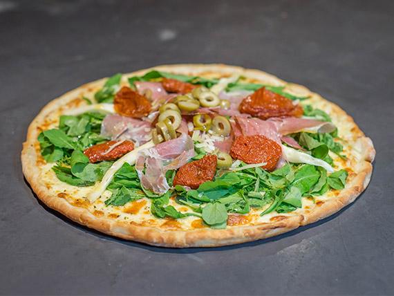 Pizza con muzzarella, rúcula, jamón crudo, tomates secos y parmesano