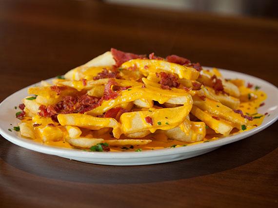Papas fritas con salsa cheddar y chip de panceta