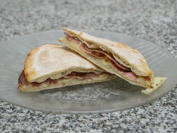 Tostado de bondiola y muzzarella en pan árabe