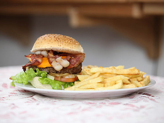 Hamburguesa bacon con papas fritas
