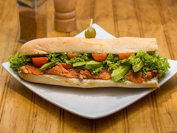 Sándwich baguette de salmón y palta