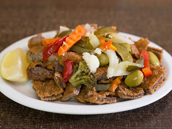 205 - Picada milanesa de ternera, pickles y aceitunas verdes