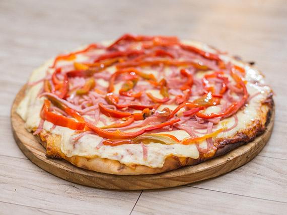 Promoción - Pizzeta muzzarella con dos gustos a elección + cerveza Patricia 1 L