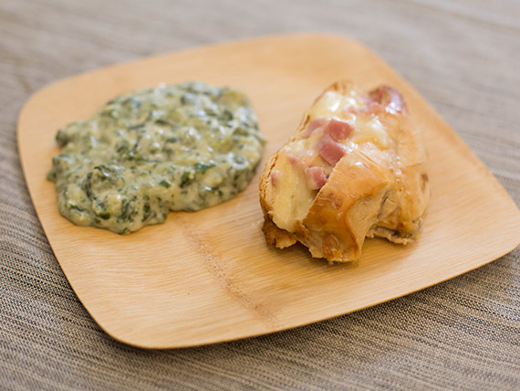 Suprema rellena jamón y queso con espinacas a la crema