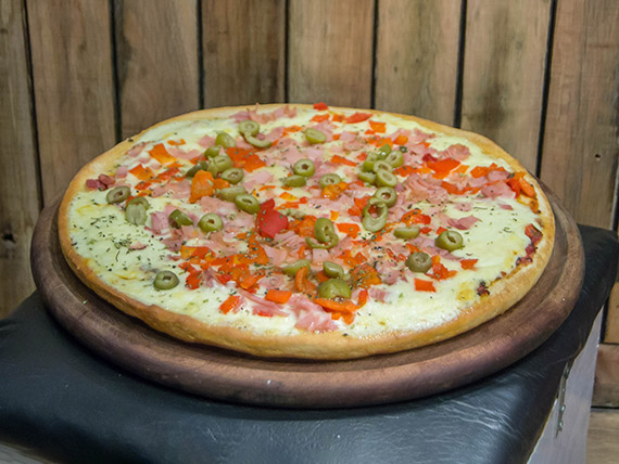 Pizza con mozzarella, jamón y morrones