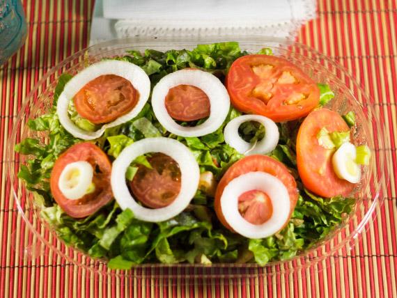 Ensalada tomate lechuga y cebolla (3 personas)
