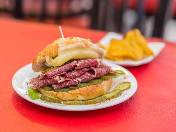 Sandwich chivito de pastrami con muzzarella
