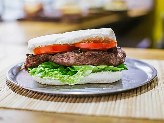 Sándwich de roast beef con lechuga y tomate