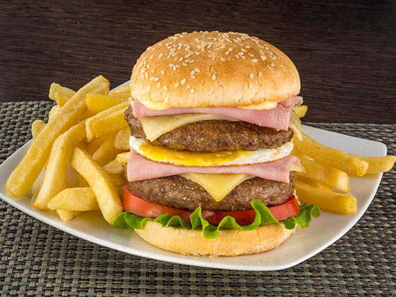 Hamburguesa doble XL con papas fritas