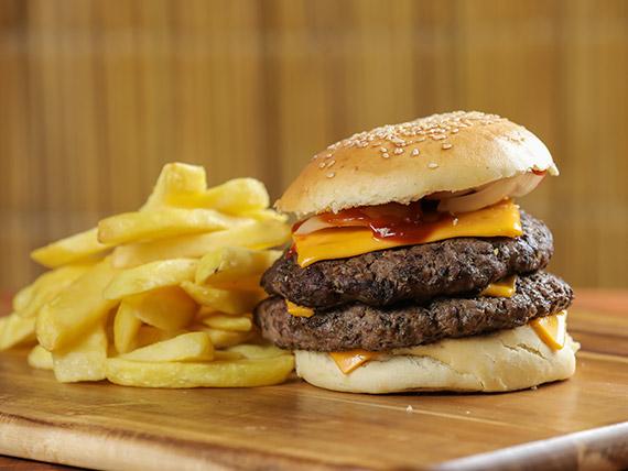Burger doble 1/4 con guarnición