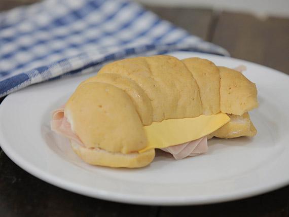 Medialuna rellena de jamón y queso