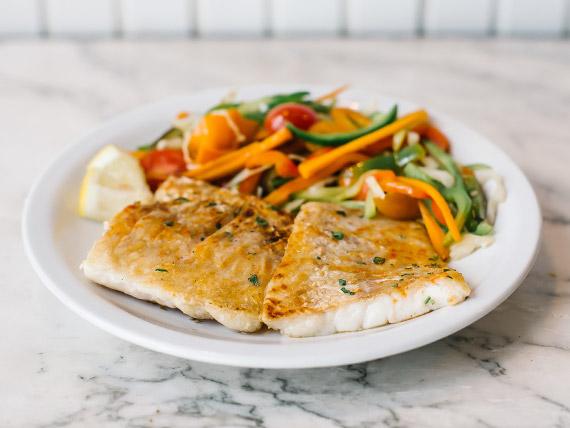 Salmón grillé con verduras asadas