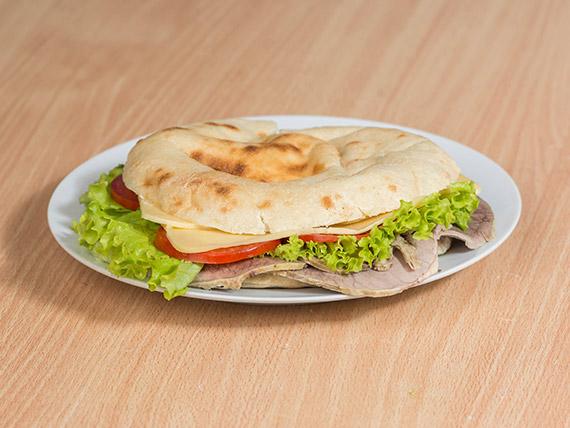 Sándwich de peceto, queso, tomate y lechuga