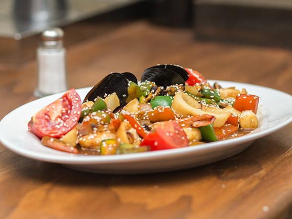 Volteado de mariscos con vegetales