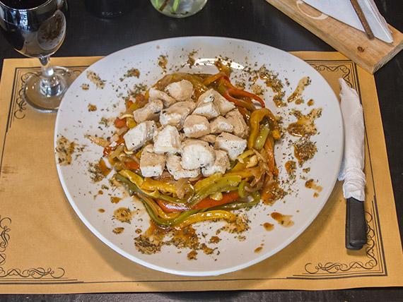 1/4 de pollo grillé con vegetales asados