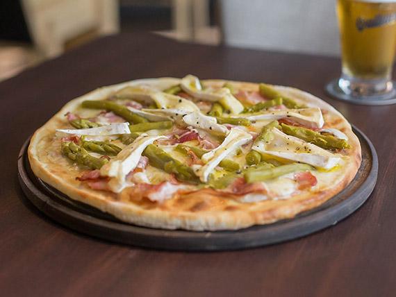 Pizza blanca al queso brie con espárragos