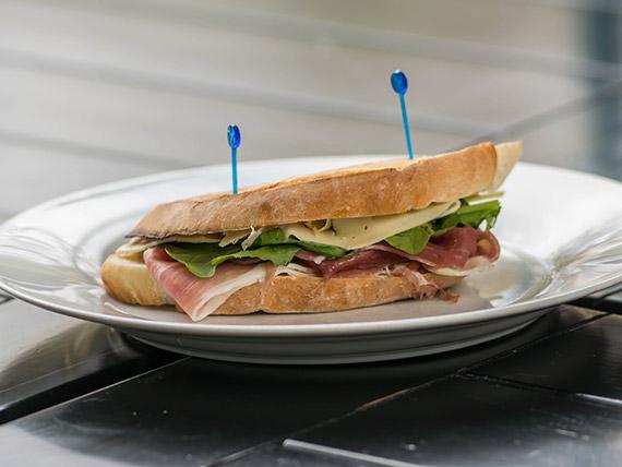 Sándwich tostado con jamón crudo