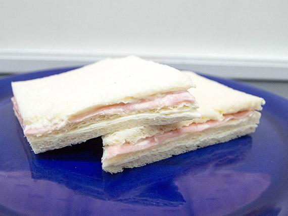 Sándwich baguette de jamón y queso