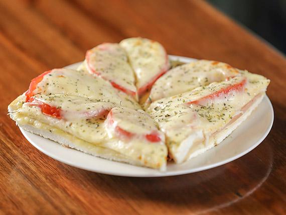 Sándwich caliente con tomate y muzzarella