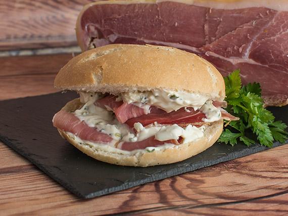 Sándwich bagel con jamón crudo y crema de ciboulette