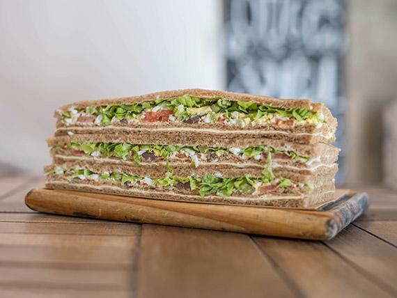 Sándwich de queso con verduras