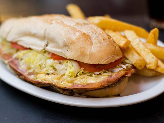 Sándwich de milanesa ABC con papas fritas