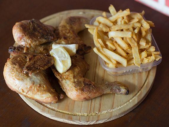 Pollo con bandeja grande de papas fritas
