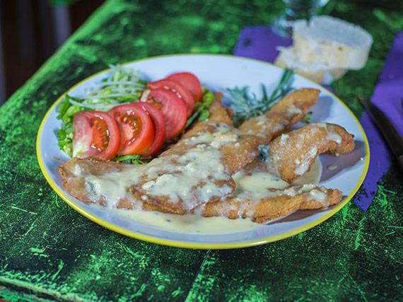 Filet de merluza al roquefort con guarnición