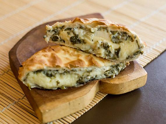Empanada especial de verdura, queso, salsa blanca y huevo