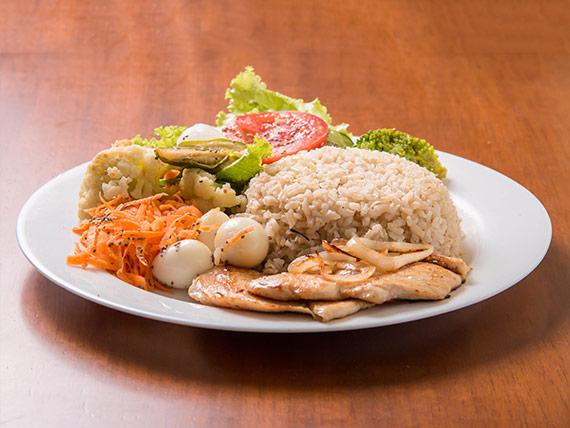 Salada mista com filé de frango grelhado (400g)