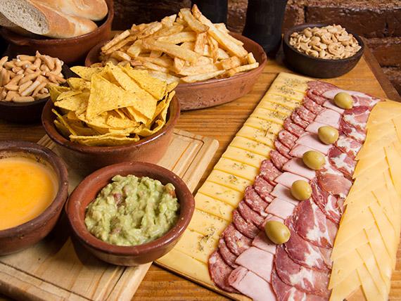 Promo papas - Tabla de campo + nachos con cheddar + porción de papas fritas + 2 gaseosas (comen 2, pican 3)