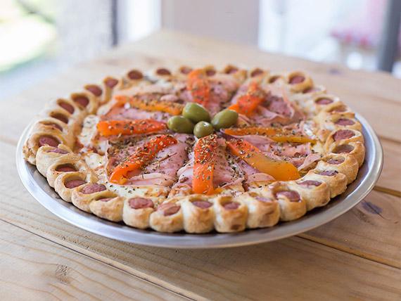 Pizza con muzzarella, jamón y morrón con borde de deditos de salchicha