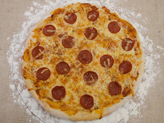 Pizza peperoni média