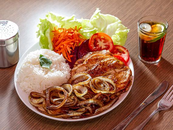 Frango com arroz e salada mista