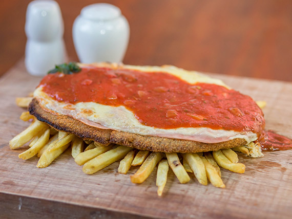Milanesa de carne napolitana con papas fritas