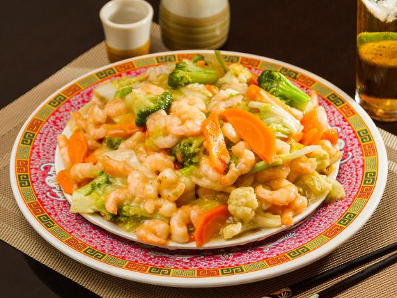 Macarrão com camarão e legumes