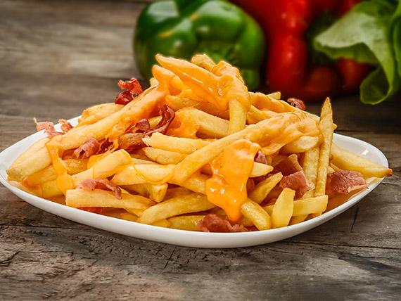Papas fritas con cheddar y bacon