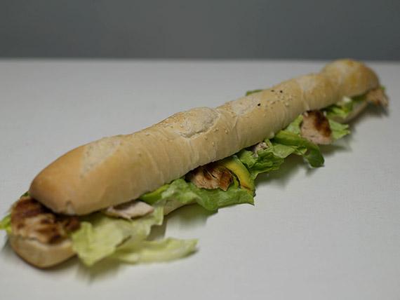 Sándwich de pollo, palta y lechuga