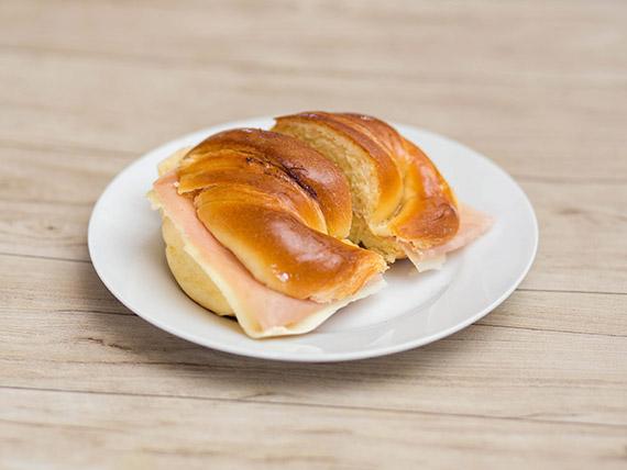 Medialuna de jamón y queso