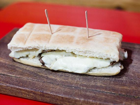 Sándwich de lomito gratinado
