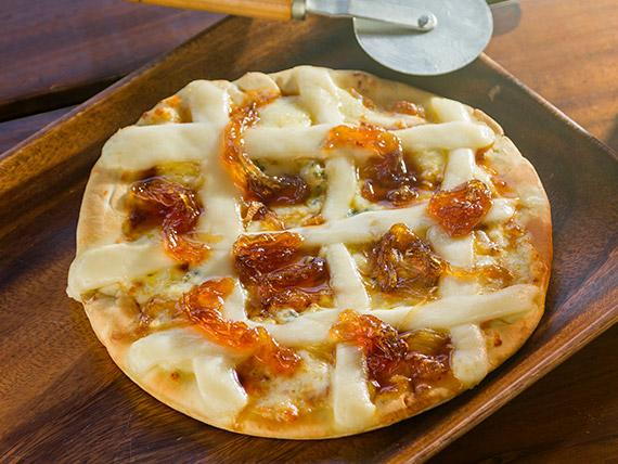 Pizza 4 queijos com cebola caramelizada