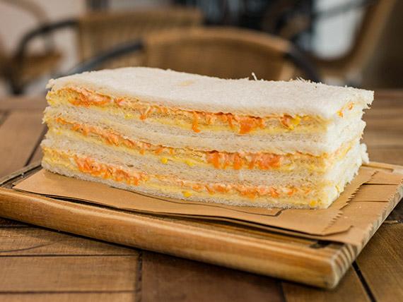 Sándwich de queso con choclo y zanahoria