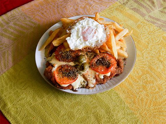 Milanesa de carne o pollo napolitana con huevo, papas fritas y ensalada